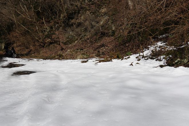 雪が残る山間の風景